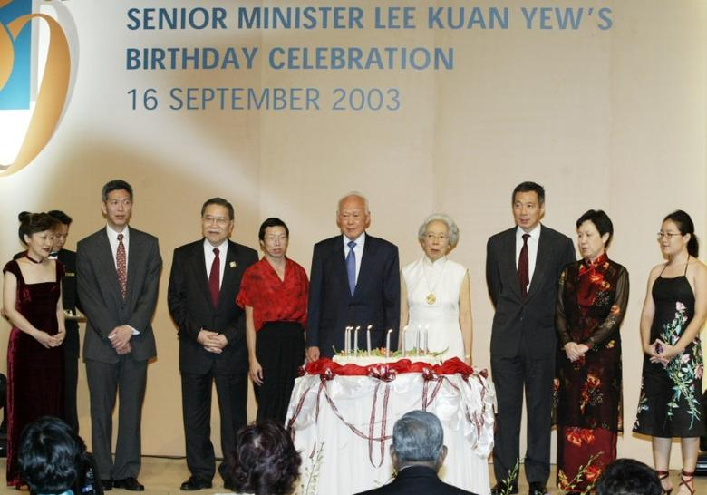 Lee Kuan Yew (C), architect of modern Singapore, and his familycelebrate his 80th birthday in Singapore, September 16, 2003. Leeturned 80 on Tuesday but his vow to stay in government has deepeneddebate over how soon his son should become prime minister - and whetherthe elder Lee should retire. From (L-R) daughter-in-law Lee Suet Fern,son Lee Hsien Yang, Chief Justice Tong Pung How, daughter Lee Wei Ling,Lee, wife Kwa Geok Choo, son Lee Hsien Loong, daughter-in-law Ho Chingand granddaughter Li Xiuqi. REUTERS/David Loh