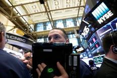 Des traders à Wall Street. La Bourse de New York a clôturé en hausse vendredi. Le Dow Jones a gagné 0,11%, le S&P-500 0,03% et le Nasdaq Composite a reculé de son côté de 0,22%. /Photo d'archives/REUTERS/Brendan McDermid