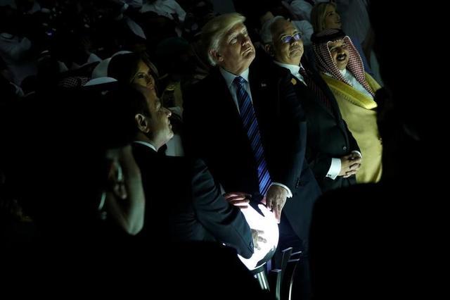 6月14日、中東に平和と安定をもたらそうというトランプ米大統領(中央)の試みは、裏目に出た。写真はサウジアラビアのリヤドで5月21日撮影(2017年 ロイター/Jonathan Ernst)