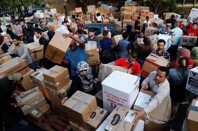 6月15日、被災者への物品を整理するボランティアたち(2017年 ロイター/Stefan Wermuth)