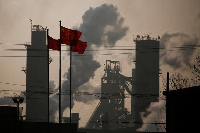 6月14日、パリ協定を脱退するというトランプ米政権の決断は、気候変動問題でリーダーシップを発揮する機会を中国に与えている。だが、その役目は自然と回ってくるわけではない。写真は製鉄所近くではためく中国の国旗。河北省で2月撮影(2017年 ロイター/Thomas Peter)