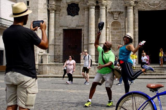 Tourists pose for pictures at the Cathedral Square in Havana, Cuba June 17, 2017. REUTERS/Alexandre Meneghini