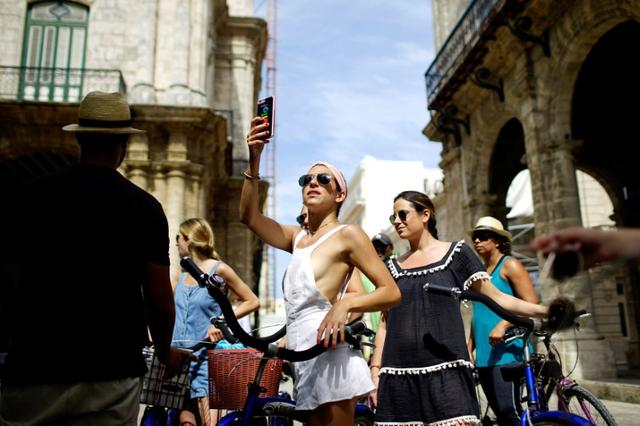 Jamie Heifitz of the U.S. (C) and her friends take a guided bicycle tour in Havana, Cuba June 17, 2017. REUTERS/Alexandre Meneghini