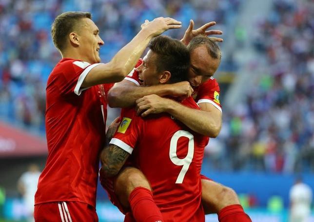 6月17日、サッカーのコンフェデレーションズカップ開幕戦、開催国ロシアがニュージーランドを2─0で下した。写真は得点を喜ぶロシアの選手たち(2017年 ロイター/Kai Pfaffenbach)