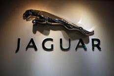 El mayor grupo automovilístico británico, Jaguar Land Rover (JLR), está esbozando planes de contratar a unos 5.000 ingenieros y personal técnico adicionales el próximo año, informó el diario Sunday Telegraph, una buena noticia para los planes del Gobierno antes del inicio de las negociaciones del Brexit. En la imagen de archivo, el logo de Jaguar en un concesionario Jaguar Land Rover en Mumbai, el 13 de febrero de 2013. REUTERS/Vivek Prakash