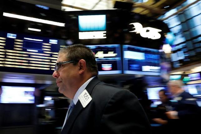 6月16日、今週の米株式市場では、23日にFTSEラッセルが年次指数調整を行うため、成長株への大型ハイテク銘柄のウエート変更への思惑が市場を左右するとみられている。写真はニューヨーク証券取引所、2日撮影(2017年 ロイター/Brendan McDermid)