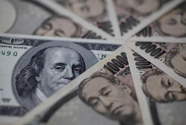 6月19日、今週の外為市場でドル/円はしっかり推移しそうだ。先週の米FOMCで年内あと1回の利上げ予想が維持されたことや、米FRB議長がバランスシート縮小開始を示唆したことなどが支えになるとみられる。写真はドル紙幣と1万円札、2013年都内で撮影(2017年 ロイター/Shohei Miyano)