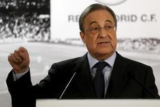 صورة من أرشيف رويترز لفلورنتينو بيريز رئيس نادي ريال مدريد في مؤتمر صحفي في مدريد.