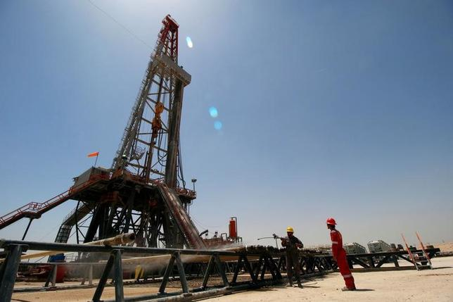 6月19日、19日アジア時間の原油相場は下落。石油輸出国機構(OPEC)主導の協調減産合意にもかかわらず、高水準の供給が続いていることが重しとなっている。写真はイラクのバスラにある油田。5月11日撮影(2017年 ロイター/Essam Al-Sudani)
