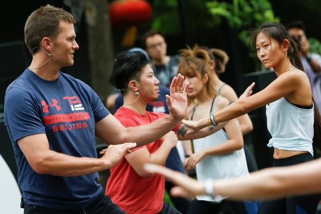 6月18日、米ナショナルフットボールリーグ(NFL)でスーパーボウルを5度制したQBトム・ブレイディは、プロモーションで中国を訪問した際「いつか中国でプレーすることが夢だ」と話した。写真は武道のトレーニングセッションに参加するブレイディ(2017年 ロイター/Thomas Peter)