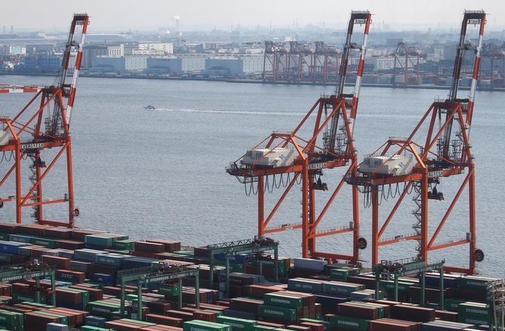 资料图片:2017年3月,东京,港口码头上的集装箱。REUTERS/Issei Kato