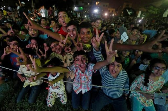 Pakistani cricket fans react after Pakistan defeated India in the ICC Champions Trophy finals, in Karachi, Pakistan June 18, 2017. REUTERS/Akhtar Soomro