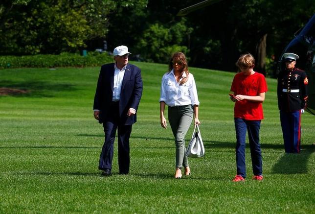 6月16日、米政府倫理局が公表した金融資産開示報告書によると、トランプ大統領は2017年半ば時点でドイツや米国、その他の国の銀行に対して少なくとも3億1560万ドルの個人的な負債を抱えている。ホワイトハウスで家族と、18日撮影(2017年 ロイター/Eric Thayer)