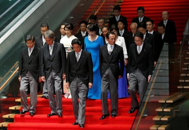 6月19日、菅義偉官房長官は午前の会見で、報道各社の世論調査で安倍内閣の支持率が低下したことについて「一喜一憂すべきでないと思っている」と述べた。安倍内閣、昨年8月撮影(2017年 ロイター/Kim Kyung-Hoon)