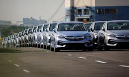 Las exportaciones de Japón crecieron en mayo más que en cualquier mes en los últimos dos años por los mayores envíos de autos y acero, una señal alentadora de que la fuerte demanda en el extranjero apoyará el crecimiento económico. En la imagen de archivo, coches Honda recién fabricados en un puerto en Yokohama, Japón. REUTERS/Toru Hanai