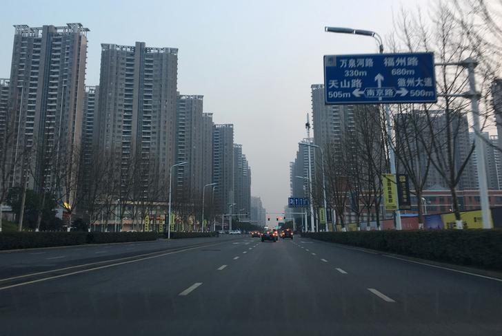 2017年2月19日,安徽合肥,道路两旁的住宅小区。REUTERS/Yawen Chen