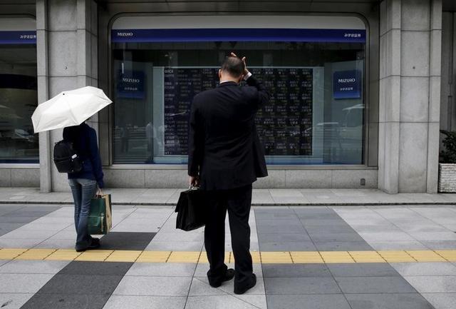 6月19日、東京株式市場で日経平均は続伸。終値は2万円の大台を回復し、6月5日以来、2週ぶりの高値水準を付けた。弱含んだ円相場が支援材料となったほか、好業績、高配当株には国内機関投資家による買い観測も出た。写真は都内で2015年8月撮影(2017年 ロイター/Toru Hanai)