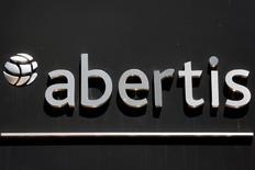 Abertis dijo el lunes que ha firmado con las autoridades de Argentina un acta que da inicio al proceso formal para extender de 2018 a 2030 una concesión en el país que ostenta su sociedad Grupo Concesionario del Oeste (GCO). En la imagen de archivo, el logo de Abertis en una oficina en Madrid. REUTERS/Sergio Perez