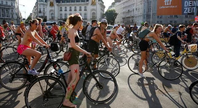6月16日、オーストリアの首都ウィーンで、裸でサイクリングする「ワールド・ネイキッド・バイク・ライド」のイベントが開催された(2017年 ロイター/Leonhard Foeger)