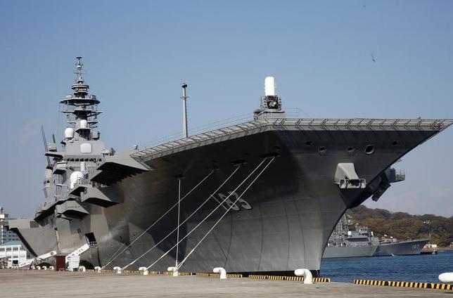 6月19日、海上自衛隊の最新鋭艦「いずも」は、東南アジア諸国連合(ASEAN)10カ国の士官を乗せて南シナ海を航行する。日本は中国が軍事拠点化を進める南シナ海への関与を強める方針で、艦上で勉強会を開き、この海域で起きている情勢の認識や国際法を順守することの重要性をASEAN各国と共有したい考え。写真は最新鋭艦「いずも」。昨年12月横須賀で撮影(2017年 ロイター/Kim Kyung Hoon)