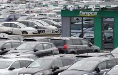 Europcar ha acordado comprar la mayor empresa de alquiler de coches a bajo coste en Europa, Goldcar, dijo el lunes la empresa francesa, alcanzando su cuarta adquisición este año y enviando sus acciones a un máximo récord.  En la imagen, el logo de Europcar en el aeropuerto de Burdeos, Francia, el 4 de febrero de 2016.  REUTERS/Regis Duvignau