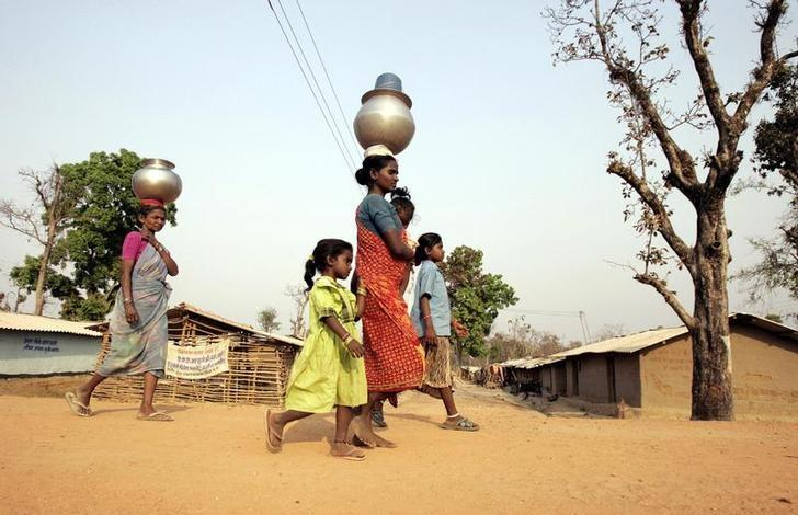 Tribals return home after fetching water in a refugee camp in the forest area near Bhairamgarh village, about 400 km south of Raipur March 18, 2007. REUTERS/Parth Sanyal/Files