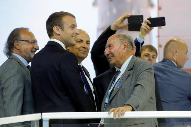 French President Emmanuel Macron (2ndL) talks with Dassault Aviation CEO Eric Trappier (C) as Serge Dassault (2ndR), Chairman and CEO of Dassault Group, during a visit at the Paris Air Show in Le Bourget, north of Paris, France, June 19, 2017.   REUTERS/Michel Euler/Pool