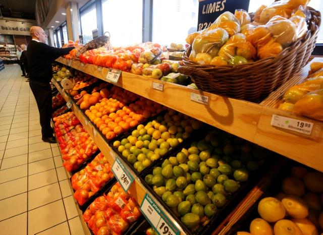Fresh fruit is displayed  at an outlet of retailer Shoprite Checkers in Cape Town, South Africa, June 15, 2017. Picture taken June 15, 2017. REUTERS/Mike Hutchings