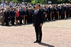 El presidente francés, Emmanuel Macron, asiste a una ceremonia que conmemora el aniversario 77 del nombramiento del general francés Charles de Gaulle del 18 de junio de 1940 en el monumento Valerien de Suresnes, cerca de París, Francia. 18 junio 2017.  El Gobierno del presidente francés, Emmanuel Macron, prometió el lunes renovar la política de Francia, después de que los resultados oficiales mostraran que había ganado la dominante mayoría parlamentaria que quería para poder impulsar sus ambiciosas reformas a favor del crecimiento.  REUTERS/Bertrand Guay/Pool