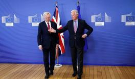"""En la imagen, el negociador de la UE Michael Barnier (D) saluda al británico Davis en la Comisión Europea antes de su primer día de negociación en Bruselas, el 19 de junio de 2017. El secretario británico del Brexit, David Davis, arribó el lunes a Bruselas para iniciar unas negociaciones que, según dijo, derivarán en un vínculo """"nuevo, profundo y especial"""" con la Unión Europea, en beneficio de los ciudadanos de Reino Unido y de todo el bloque.   REUTERS/Francois Lenoir"""