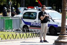 Policías franceses cordonan el área en la avenida de los Campos Elíseos después de un incidente en París., 19 Junio, 2017 . La policía de París informó que estaba atendiendo un incidente de seguridad en los Campos Elíseos, en el centro de la capital francesa, mientras que un testigo de Reuters vio a agentes acordonar el área cercana a la avenida y cerca del palacio presidencial.   REUTERS/Charles Platiau - RTS17PX6