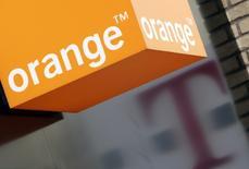 L'opérateur français Orange a annoncé lundi son intention de réduire sa participation dans son homologue britannique BT via un placement de titres et une émission d'obligations échangeables en actions BT. Le numéro un français des télécoms était devenu propriétaire d'une participation de 4% dans BT après lui avoir cédé l'opérateur mobile EE qu'il contrôlait conjointement avec l'allemand Deutsche Telekom. /Photo d'archives/REUTERS/Darren Staples