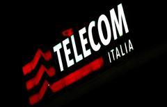 Le ministère italien de l'Industrie a annoncé lundi qu'il convoquerait Telecom Italia pour discuter de ses projets de déploiement d'un réseau de très haut débit. Il précise que l'opérateur doit respecter ses engagements juridiques et la réglementation établie par la Commission européenne en matière d'investissement dans les zones non économiquement viables. /Photo d'archives/REUTERS/Stefano Rellandini