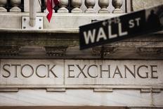 Wall Street a terminé en hausse, les indices Dow Jones et S&P ayant retrouvé des niveaux record, à l'issue d'une séance soutenue notamment par un net rebond des technologiques, rendues plus accessibles après deux semaines de prises de profits. L'indice Dow Jones a pris 144,71 points, soit 0,68%, à 21.528,99. /Photo d'archives/REUTERS/Lucas Jackson