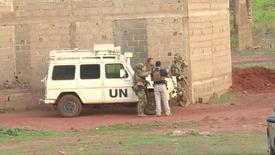 جنود فرنسيون يقفون حول مركبة تابعة للأمم المتحدة في مالي يوم الاحد. صورة من تلفزيون رويترز.