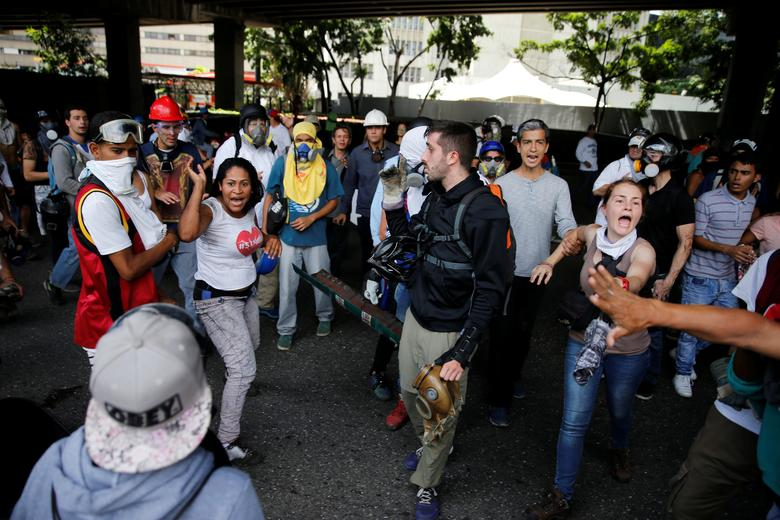 Protesters argue with a woman they accuse of being a thief during a rally against Venezuela's President Nicolas Maduro's government in Caracas, Venezuela, June 19, 2017. REUTERS/Ivan Alvarado