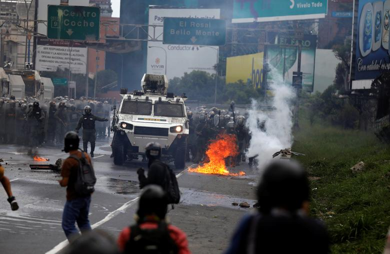 Demonstrators clash with riot security forces while rallying against Venezuela's President Nicolas Maduro's government in Caracas, Venezuela, June 19, 2017. REUTERS/Carlos Garcia Rawlins