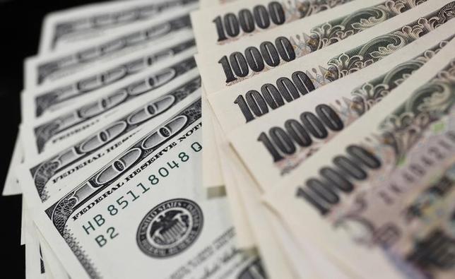 6月20日、午後3時のドル/円は、ニューヨーク市場午後5時時点に比べ、ややドル高/円安の111.57/59円だった。株価が高値圏で推移するのを眺めて底堅さが意識されたものの、111円半ばでの小動きが中心で方向感は出なかった。写真は都内で2011年8月撮影(2017年 ロイター/Yuriko Nakao)