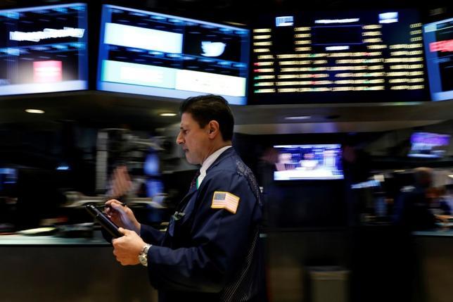 6月20日、米国株式市場は、主要指数がそろって反落。原油価格の急落でエネルギー株が売られたほか、アマゾン・ドット・コムのアパレル事業拡大計画を受けて小売関連株が値下がりした。写真はニューヨーク証券取引所、2日撮影(2017年 ロイター/Brendan McDermid)