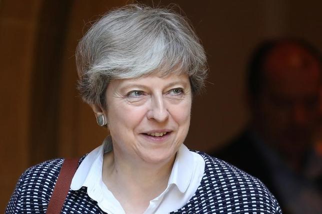 6月20日、メイ英首相(写真)が政権維持に向け、閣外協力を求めている北アイルランドの地域政党、民主統一党(DUP)との交渉は停滞しているもようだ。DUP筋が20日、協議は想定通りに進んでいないと明らかにした。写真は18日ソンニングで撮影(2017年 ロイター/Kevin Coombs)