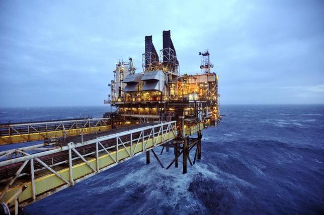 6月21日、アジア時間の原油相場は、数カ月ぶりの安値近辺で推移している。石油輸出国機構(OPEC)内外の主要産油国の減産順守率が100%を超えたものの、投資家の反応は鈍い。写真はスコットランド・アバディーン沖の北海油田。2014年2月撮影(2017年 ロイター/Andy Buchanan)