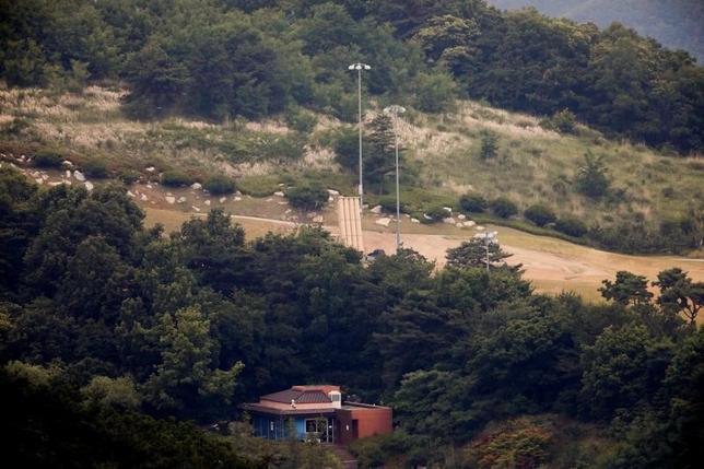 6月21日、韓国軍は、南北軍事境界線に近い山間部で今月9日に発見されたドローンについて、北朝鮮から飛来したことが確認されたと明らかにした。ドローンからは米軍の新型迎撃ミサイルTHAAD(サード)配備地(写真)の写真が見つかった。13日撮影(2017年 ロイター/Kim Hong-Ji)