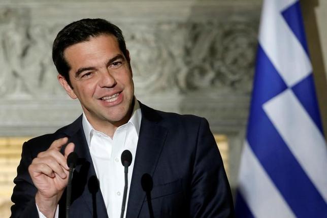 6月21日、ギリシャのチプラス首相は、ユーロ圏が前週にギリシャへの融資実施で合意したことを受け、ギリシャの国債利回りは低下し続けるとし、同国は近く市場から再び資金を調達できるようになるとの見方を示した。  写真は19日撮影。(2017年 ロイター/Costas Baltas)