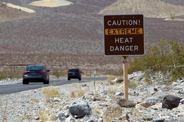 6月21日、米南西部を襲っている記録的な猛暑により、ホームレス1人とハイカー2人を含む4人が死亡したと、地元メディアが伝えた。写真はデスバレーへの入り口に示される猛暑警報。2013年6月撮影(2017年 ロイター/Steve Marcus)