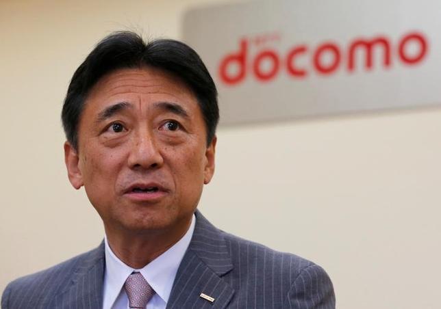 6月22日、NTTドコモの吉澤和弘社長は、2020年の商用化を目指している第5世代移動通信方式(5G)の設備投資について、3Gや高速通信サービス「LTE」よりも少なくて済むため、利益の圧迫要因にはならないとの認識を示した。写真は昨年7月撮影(2017年 ロイター/Toru Hanai)