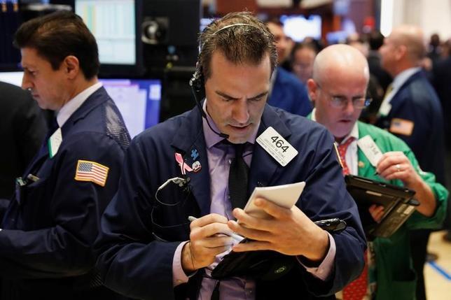 6月22日、米国株式市場は、主要株価指数がおおむね横ばいで取引を終えた。ヘルスケア関連株が買われる一方、金融株や生活必需品関連株は下落し、相場の重しとなった。 写真はニューヨーク証券取引所、22日撮影(2017年 ロイター/Lucas Jackson)