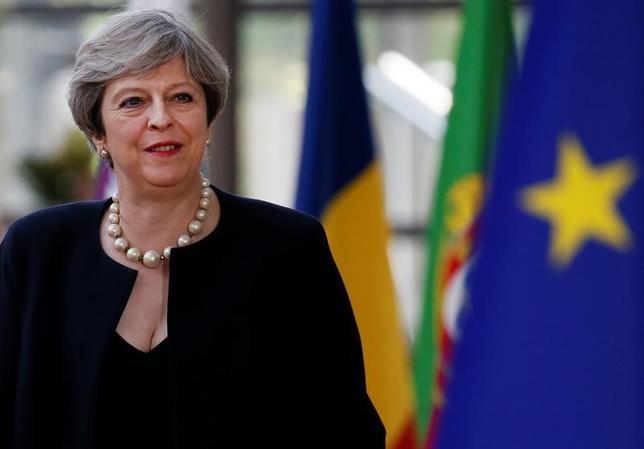 6月22日、英国のメイ首相(写真)はEU首脳会議で、離脱後の在英EU市民の権利について、国内の移民規制変更後も居住し続けることを認めるなどの方針を示した。ブリュッセルで撮影(2017年 ロイター/Gonzalo Fuentes)