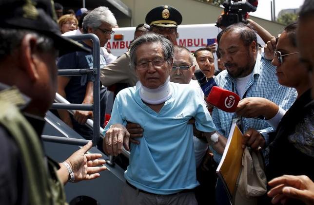 6月22日、ペルーのクチンスキ大統領は、在任中の人権侵害事件で禁錮25年の刑に服しているフジモリ元大統領(中央)への恩赦を検討する時期だと述べた。写真は検査を終え病院を出る元大統領。昨年3月リマで撮影(2017年 ロイター/Janine Costa)