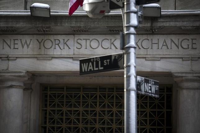 6月23日、米国株式市場は上昇。金融株が軟調となったものの、ハイテク株に買いが入り、ナスダックは週足で3週間ぶりに上昇した。写真は2014年2月、ニューヨーク証券取引所前で撮影(2017年 ロイター/Brendan McDermid)
