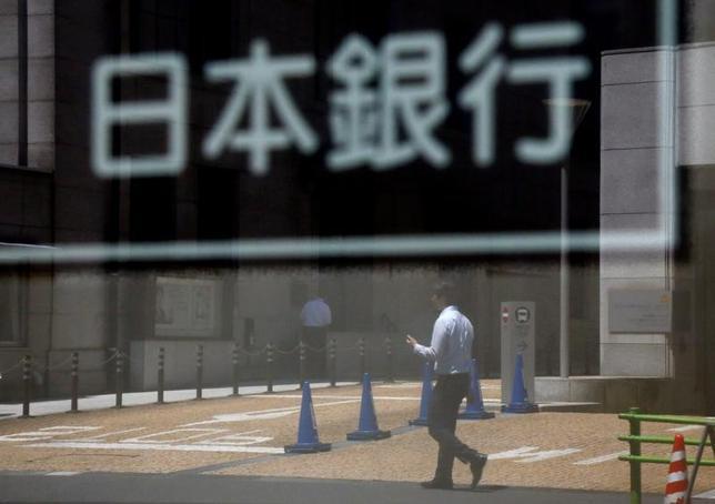 6月26日、日銀が6月15、16日に開いた金融政策決定会合では、大規模な金融緩和政策を縮小する「出口」に関し、市場の不安を高めないよう、金融政策運営についてしっかり説明していく必要があるなどの意見が示された。都内で16日撮影(2017年 ロイター/Toru Hanai)